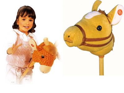 Ребенок на лошадке-скакалке